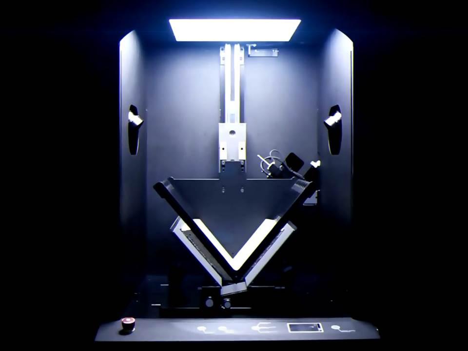 Osvetljen skener sa otvorenom knjigom u sredini.